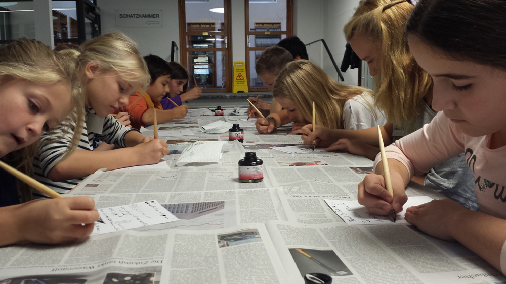 Trotz Herbstferien ganz bei der Sache - unsere jungen Gäste üben sich in der Schreibwerkstatt der Schatzkammer Trier