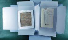 Blick in die neue Fragmentebox. Innerhalb einer Fragmentenmappe sind separat verpackt: die Fragmente – jeweils in Passepartouts – und die Beigaben (Notizen meist von Wissenschaftlern)